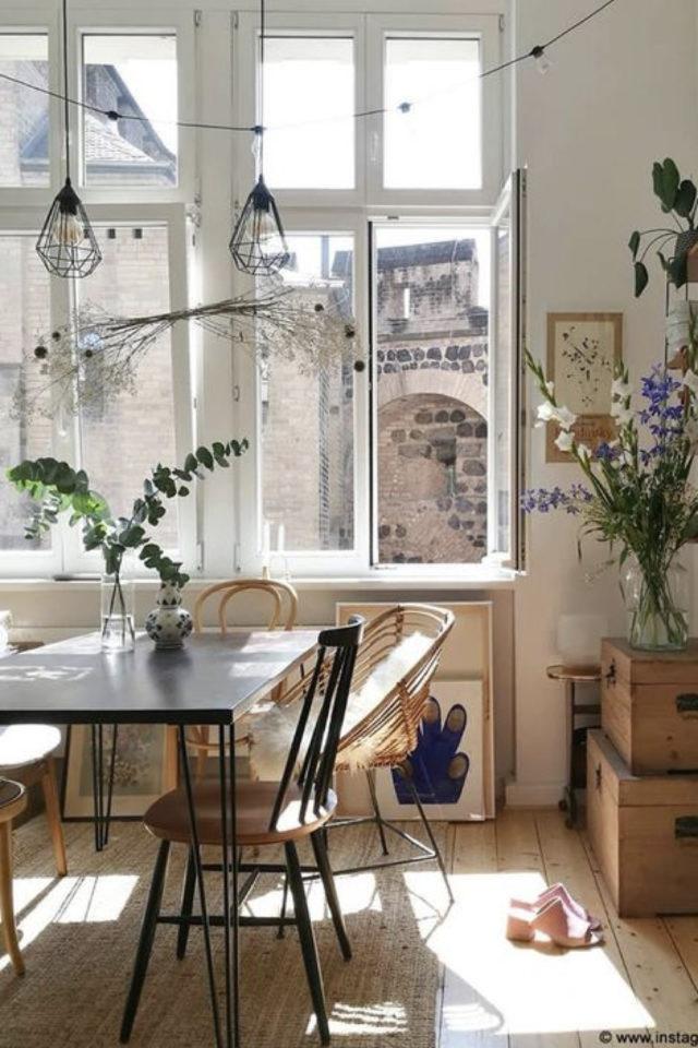 exemple coin repas choix table salon séjour salle à manger rectangulaire chaises dépareillées fenêtre plantes