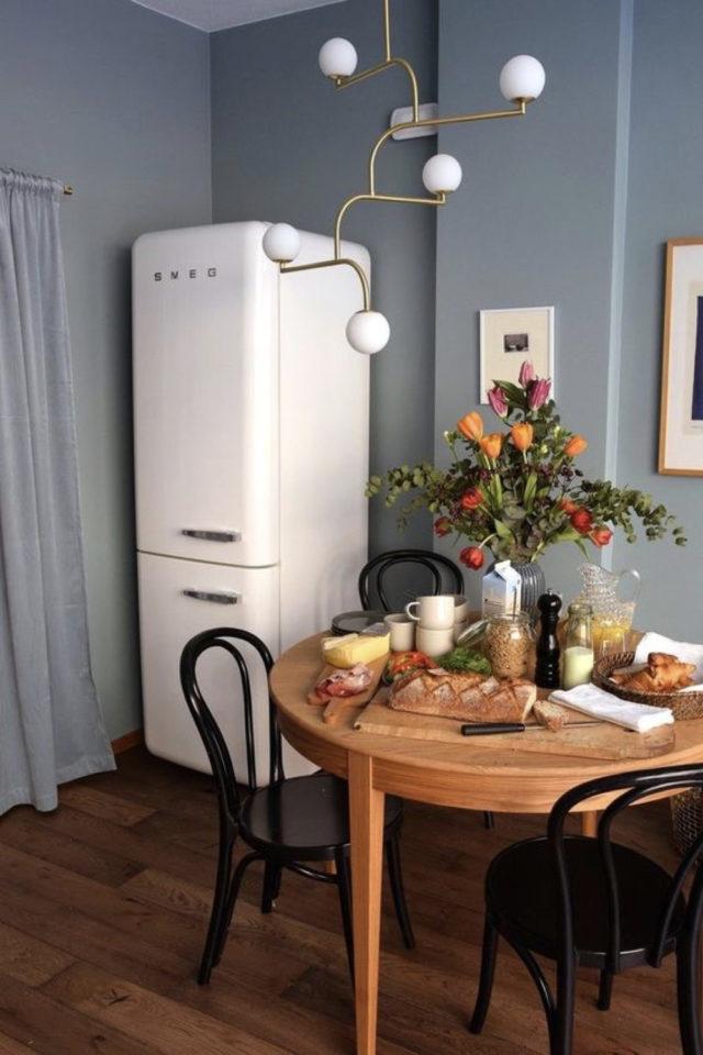 exemple coin repas choix table ronde cuisine frigo peinture bleue ambiance familiale