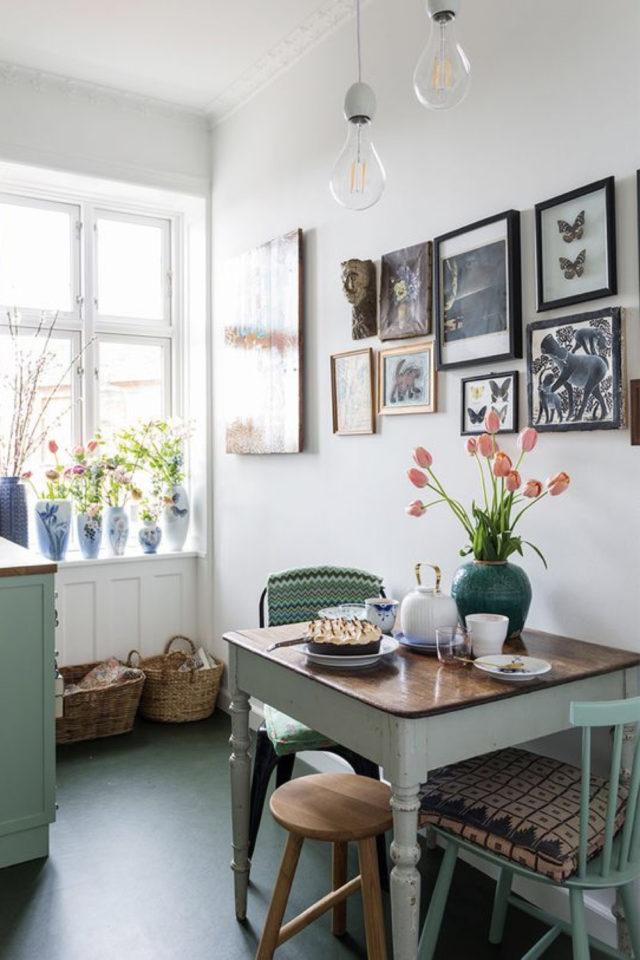 exemple coin repas choix table carrée peinte vert d'eau plateau bois cuisine