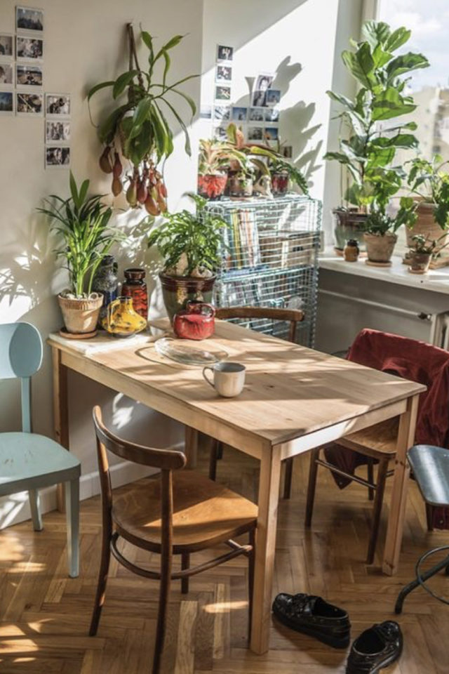 exemple coin repas choix table rectangulaire 4 personnes chaises dépareillées contre le mur