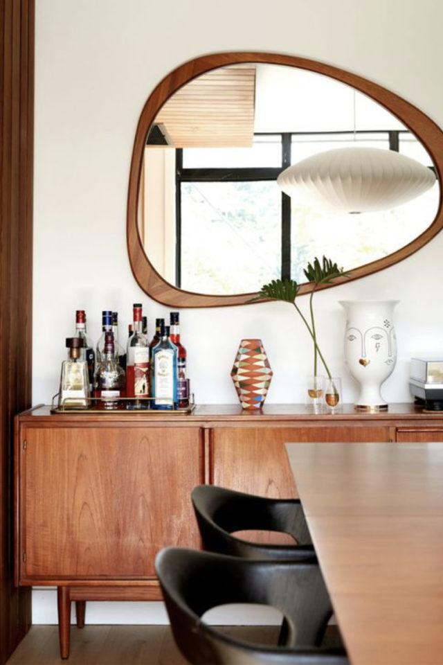 idee deco buffet enfilade mid century mur blanc miroir rétro vintage forme organique