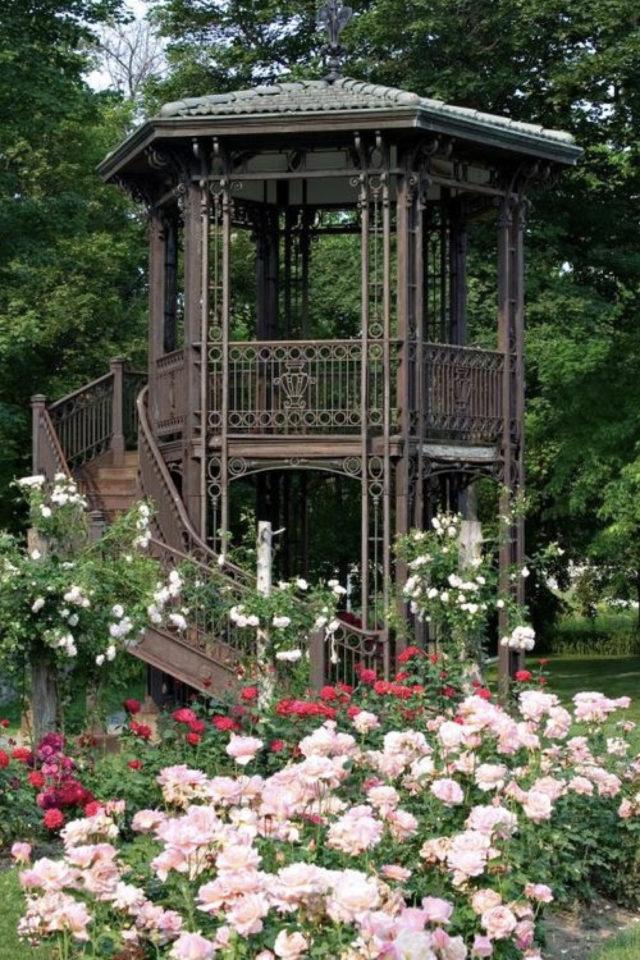 idee  joli jardin fleur rose chalet de jardin sur piloti pergola surélevée