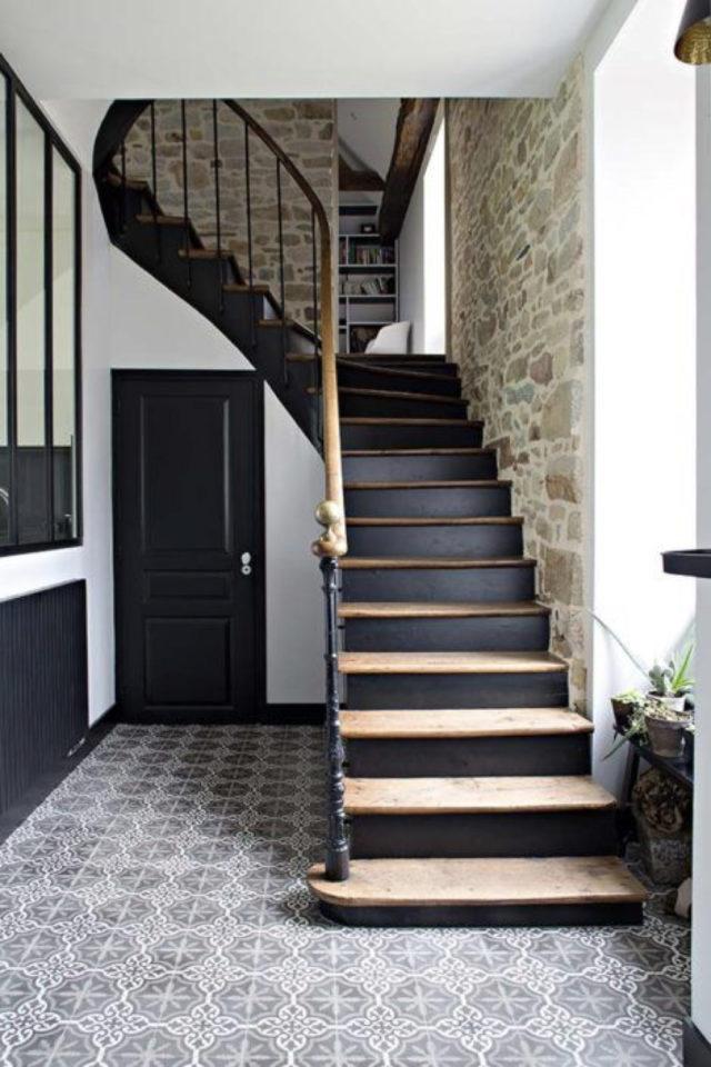marche escalier peinture exemple élégance classique chic noir et bois contre-marche