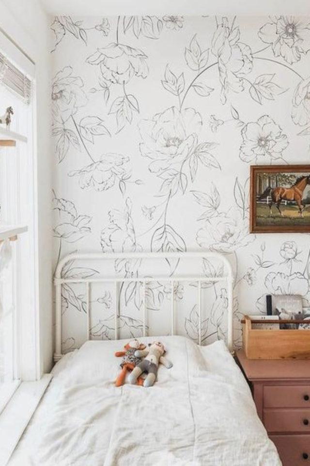 papier peint floral noir et blanc chambre enfant lit métal blanc
