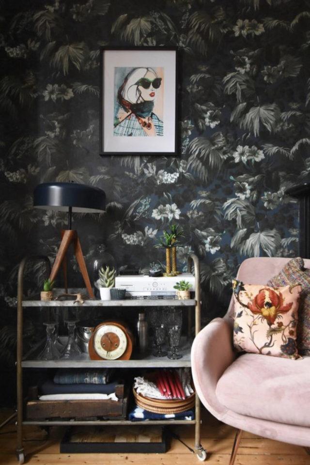 papier peint sombre motif vegetal salon sajour canapé rose lampe à poser vintage