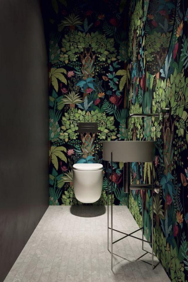 papier peint sombre motif vegetal décoration toilettes murs peinture noire