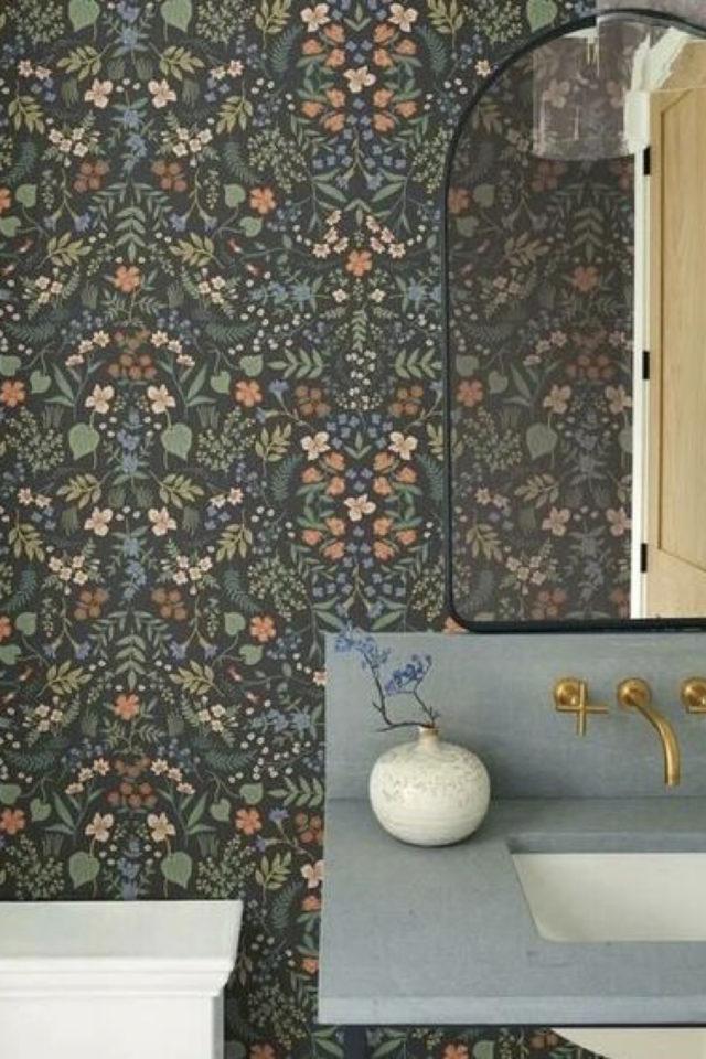 papier peint sombre motif vegetal salle de bain exemple