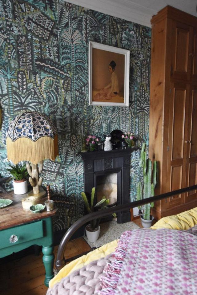 papier peint sombre motif vegetal chambre à coucher lumineuse