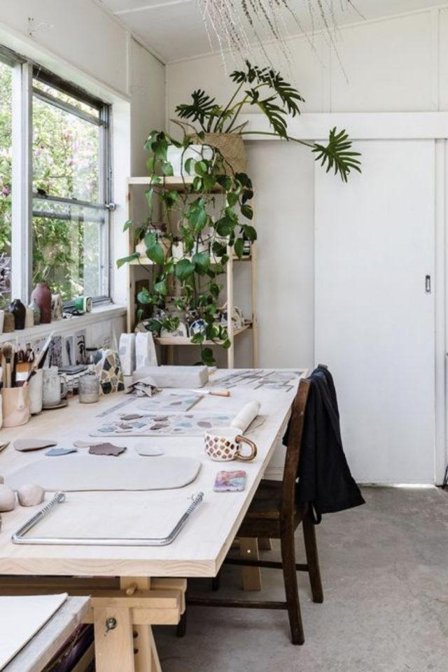 plante verte rampante deco bureau grande fenêtre étagère dans un angle bois lumineux télétravail