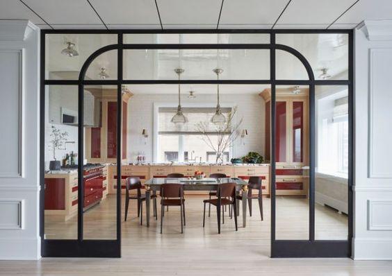 salle a manger verriere arrondie élégance simplicité noir géométrique