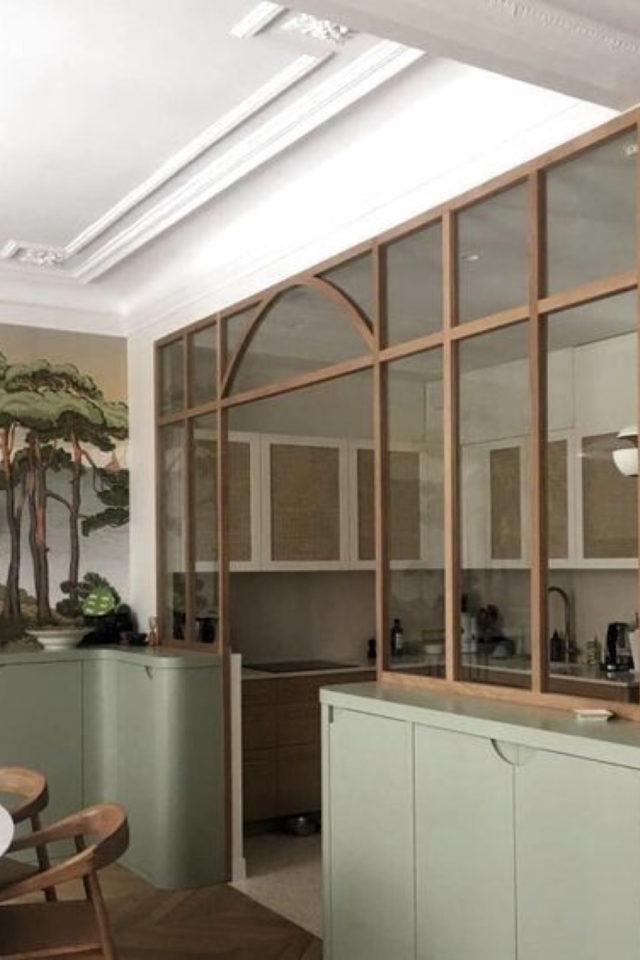 salle a manger verriere arrondie exemple séparation cuisine bois et soubassement vert sauge