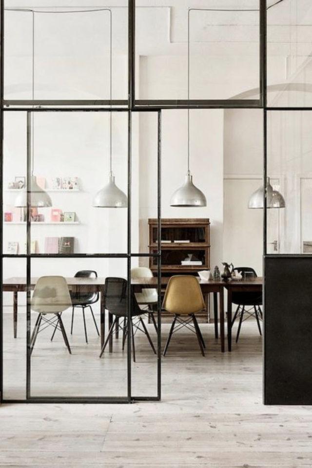 salle a manger verriere chic exemple élégance simple grande vitre espace blanc et chaise vintage