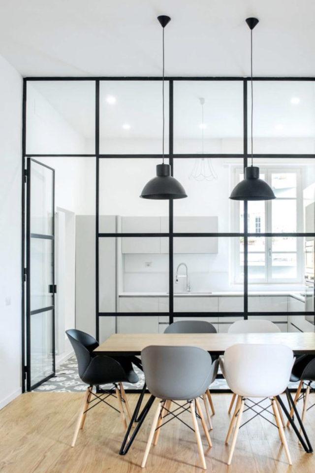 salle a manger verriere chic exemple élégance simple grande vitre espace blanc et chaise neutre