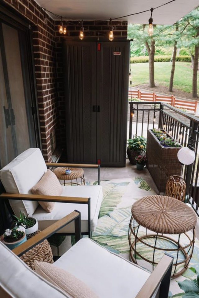 amenagement balcon confort exemple petit balcon cosy fauteuil extérieurs table basse tapis