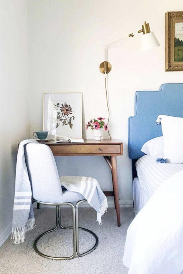 bien chez soi bureau chambre exemple à côté du lit tête de lit bureau bois fauteuil tissus gris