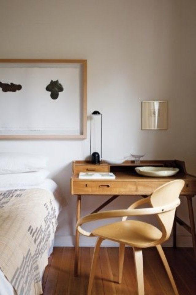 bien chez soi bureau chambre exemple à côté du lit ambiance naturelle matériaux bois