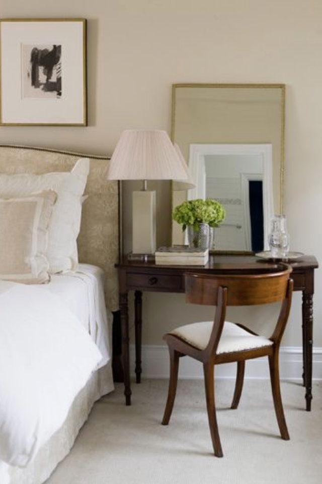 bien chez soi bureau chambre exemple à côté du lit ambiance classique bois sombre et élégant en remplacement de la table de nuit