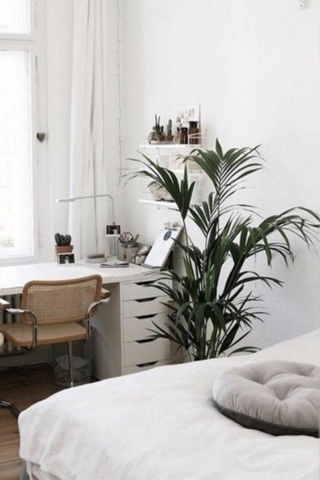 bien chez soi bureau chambre exemple dos au lit face à la fenêtre plante verte