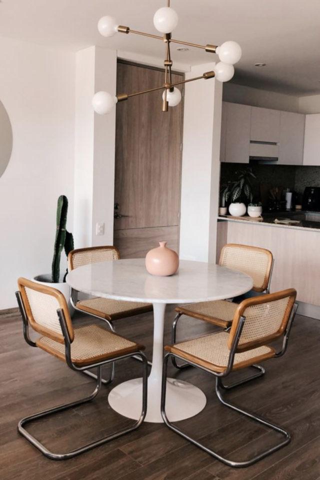 comment choisir table salle a manger ronde blanche style mid century salle à manger ouverte séjour cuisine chaises en cannage