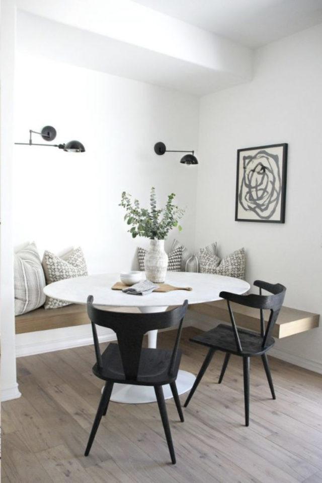 conseil choix table salle a manger ronde blanche avec banquette angle et chaises noires élégante et sobre