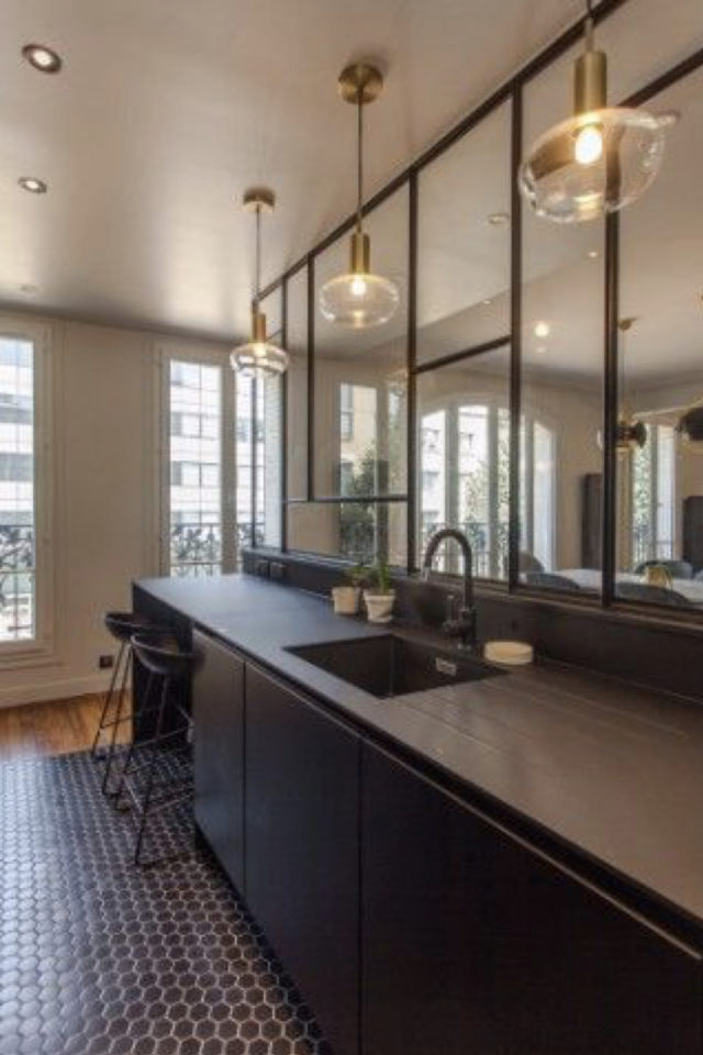 cuisine moderne verriere soubassement exemple grand plan de travail évier et espace repas linéaire
