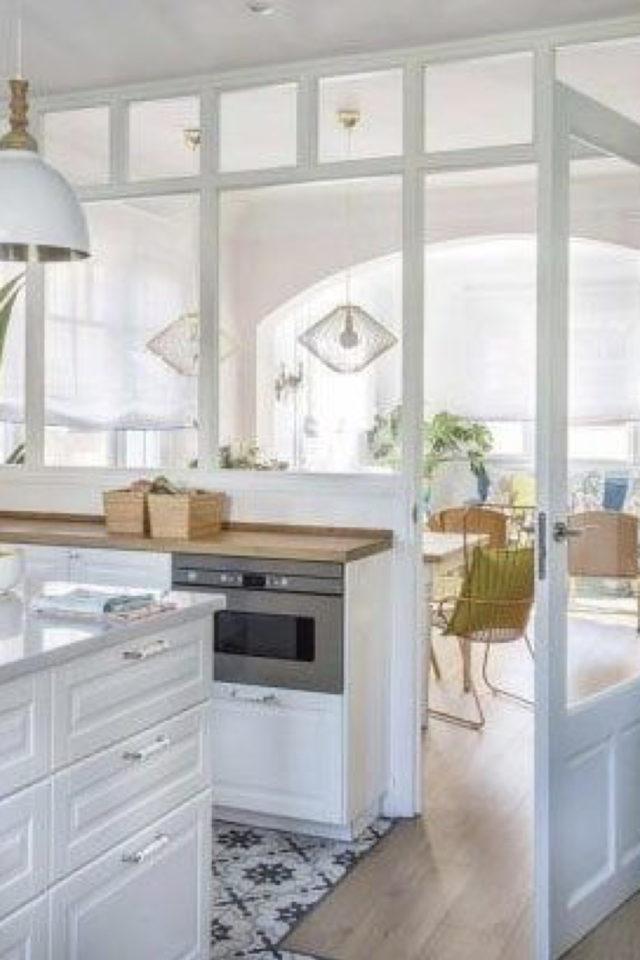 cuisine moderne verriere soubassement exemple lumineux blanc élégant chic séparation salle à manger salon séjour