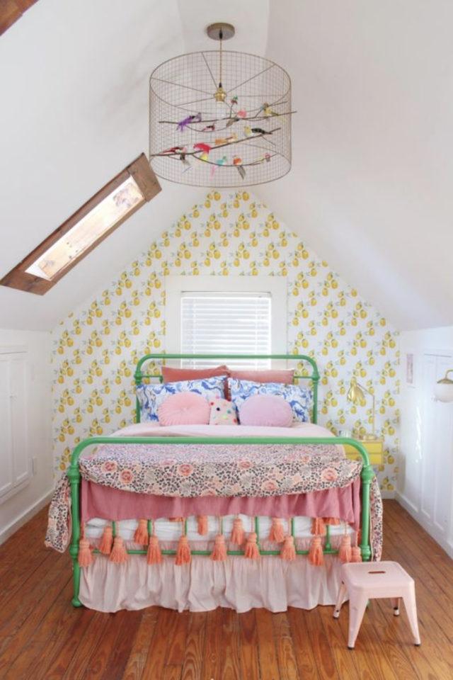 decoration pompon colore exemple chambre enfant sous combles papier pient lit métal peint vert couleur
