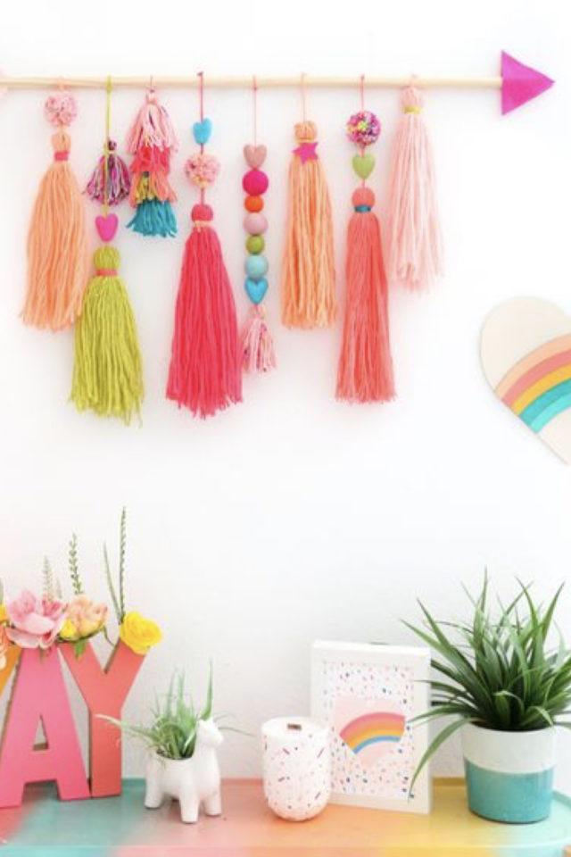 decoration pompon colore exemple déco murale à faire soi-même