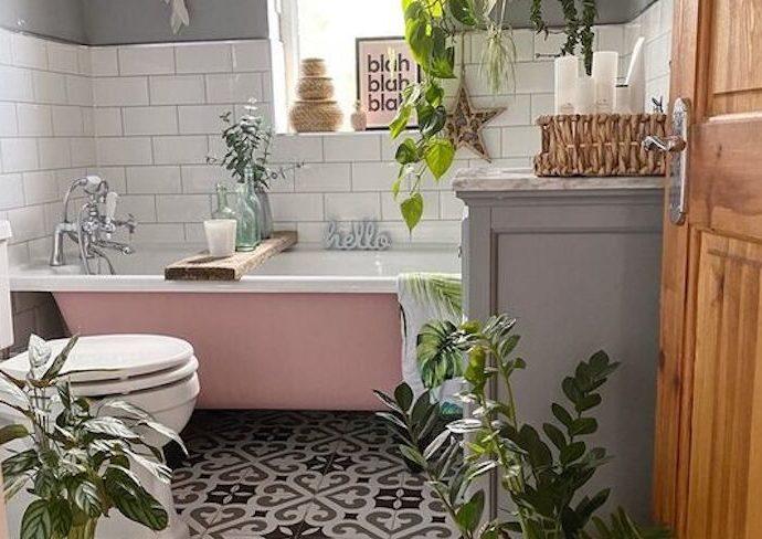 decoration petite salle de bain feminine baignoire rose carreaux de ciment plantes vertes soubassement carrelage blanc