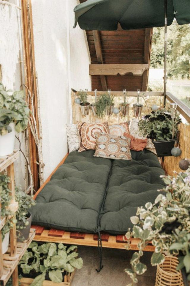 exemple amenagement deco petit logement palette coussin sol plantes verte confort style nature vert blanc simplicité