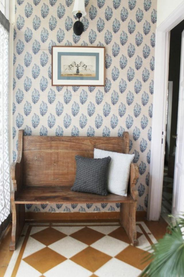 exemple amenagement deco petit logement entrée couloir papier peint motif banc en bois sol carrelage ancien style rétro