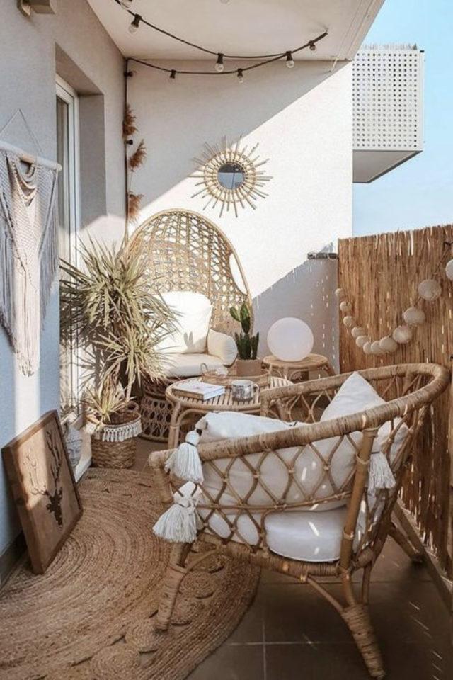 exemple amenagement deco petit logement balcon appartement bohème mobilier en rotin couleur neutre naturelle