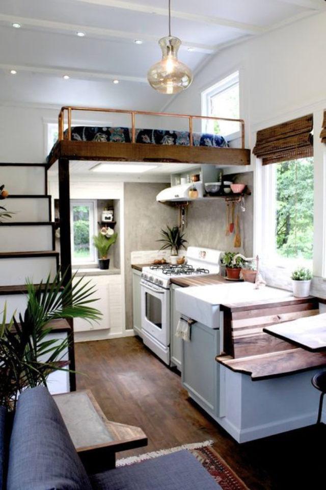 exemple amenagement deco petit logement tiny house espace cuisine salle à manger chambre en mezzanine fonctionnel