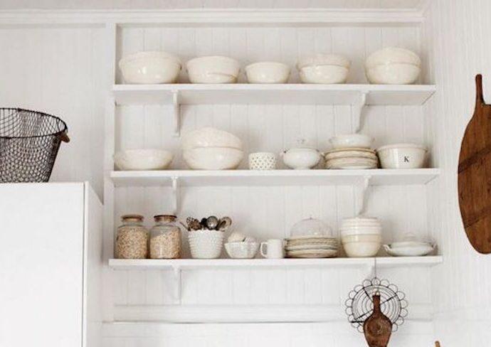 exemple deco petite cuisine etagere murale ton sur ton blanc vaisselle