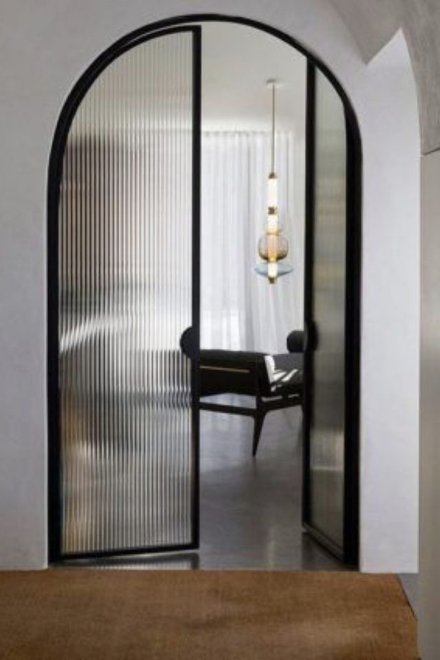 exemple porte vitree elegante arrondie sobre et minimale bâti noir verre opaque filigrane