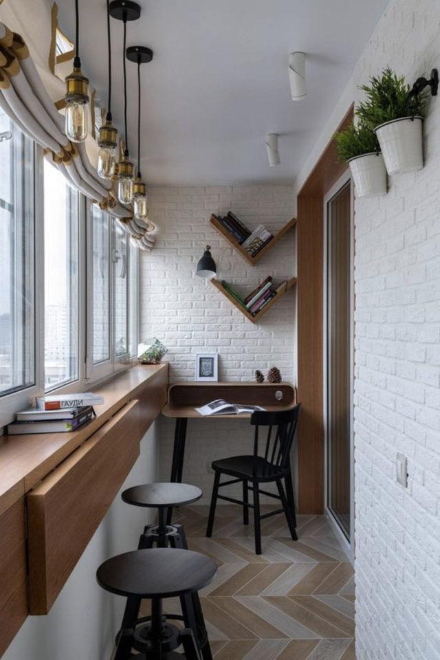 happy small living decoration petit logement loggia balcon fermé espace bureau et tablette repas face à la fenêtre