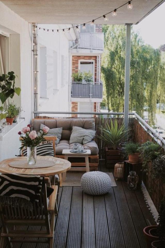 happy small living decoration petit logement balcon banquette palette table ronde 2 personnes cosy confort plantes vertes