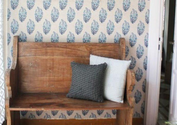 happy small living entree vintage ranch farmhouse banc en bois papier peint bleu et blanc