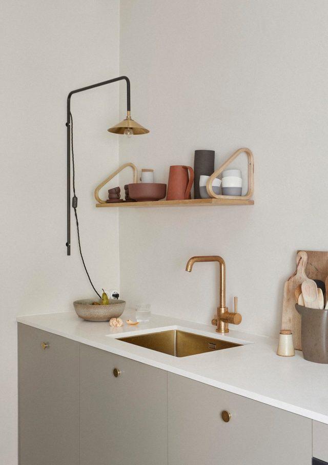 interieur minimaliste chaleureux exemple cuisine décoration épurée plan de travail blanc étagère bois
