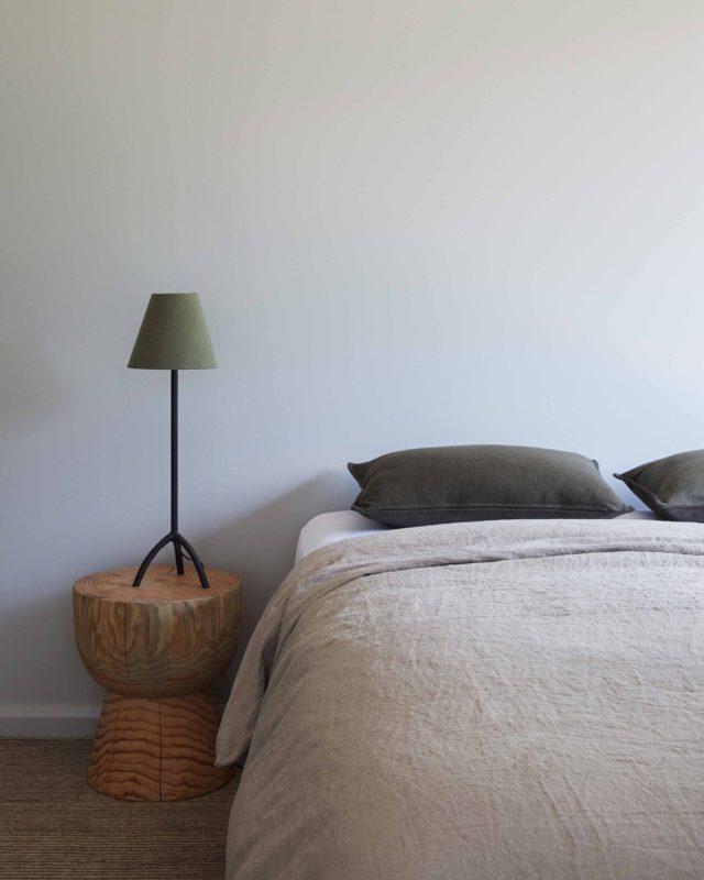 interieur minimaliste chaleureux exemple chambre à coucher épuré bout de canapé table de chevet
