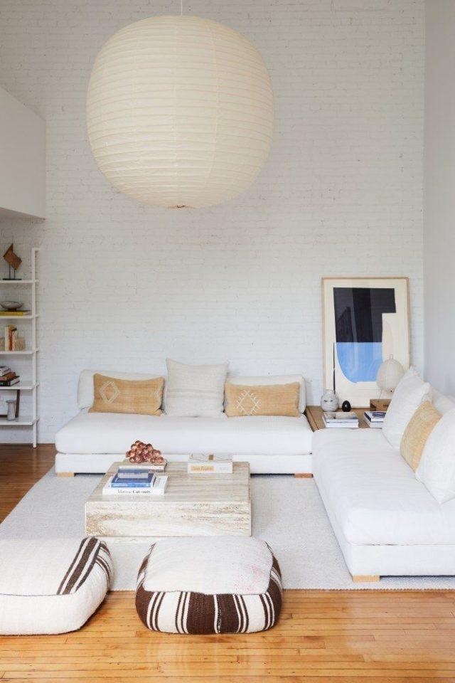 interieur minimaliste chaleureux exemple canapé angle blanc grand salon