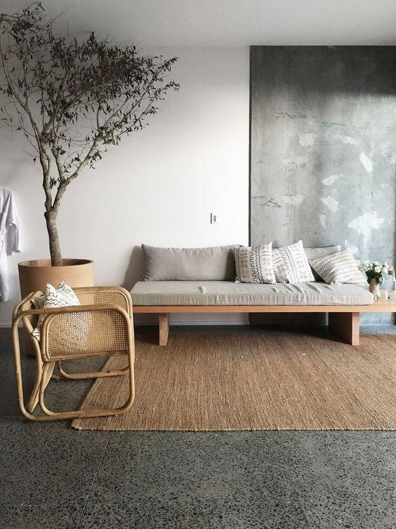interieur minimaliste chaleureux exemple style japandi salon séjour canapé épuré bois banquette tapis textile naturel