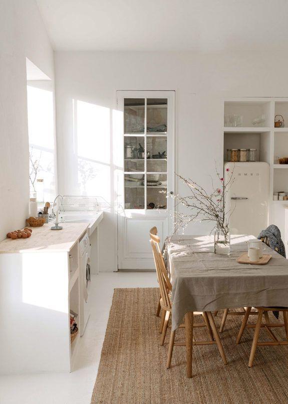 interieur minimaliste chaleureux exemple ambiance cuisine familiale épurée blanc beige écru