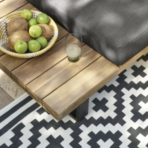 jardin terrasse accessoire decoration tapis extérieur blanc et noir motif ethnique geometrique