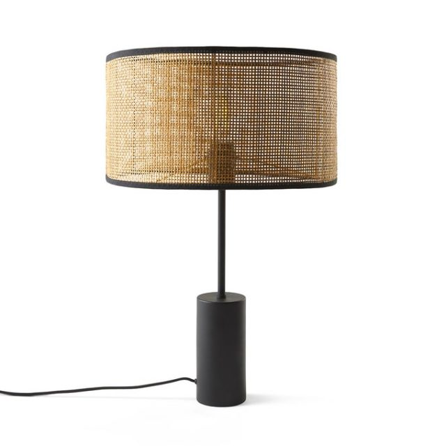 meuble deco minimaliste et chaleureux lampe à poser moderne pied noir avec abat-jour cannage