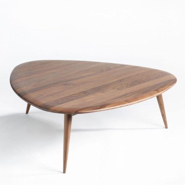 meuble deco minimaliste et chaleureux table basse forme organique bois foncé noyer