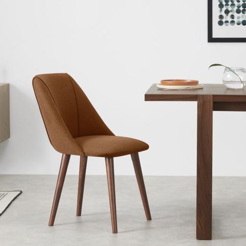 mobilier salle a manger style masculin chaise en tissus couleur ocre orange vintage finition noyer