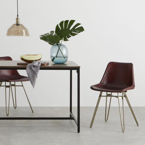 mobilier salle a manger style masculin chaise vintage coque en cuir et piètement compas laiton élégant