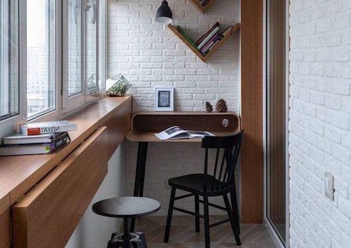 petit logement amenagement loggia exemple bureau séparé calme lumineux coin repas tablette