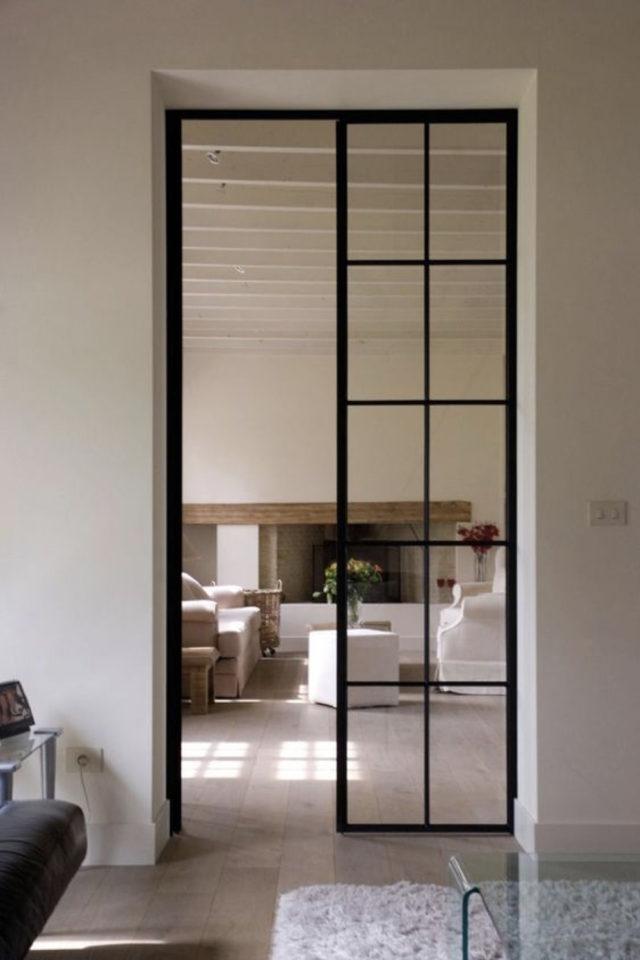 porte vitree interieure moderne exemple petits carreaux transparent montant noir en métal coulissant mur
